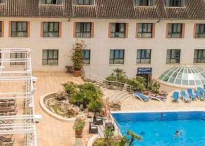 fachada del hotel antequera con piscina