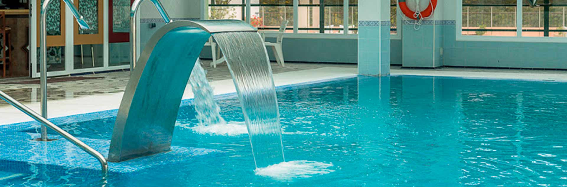Piscina con cascada de agua del hotel de Marbella