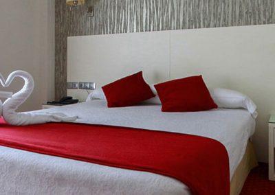 Habitación  con camam de matrimonio del hotel Pregrina