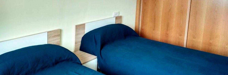 Habitacion de dos camas de uno de los apartamentos de Apartamentos Foz 3000