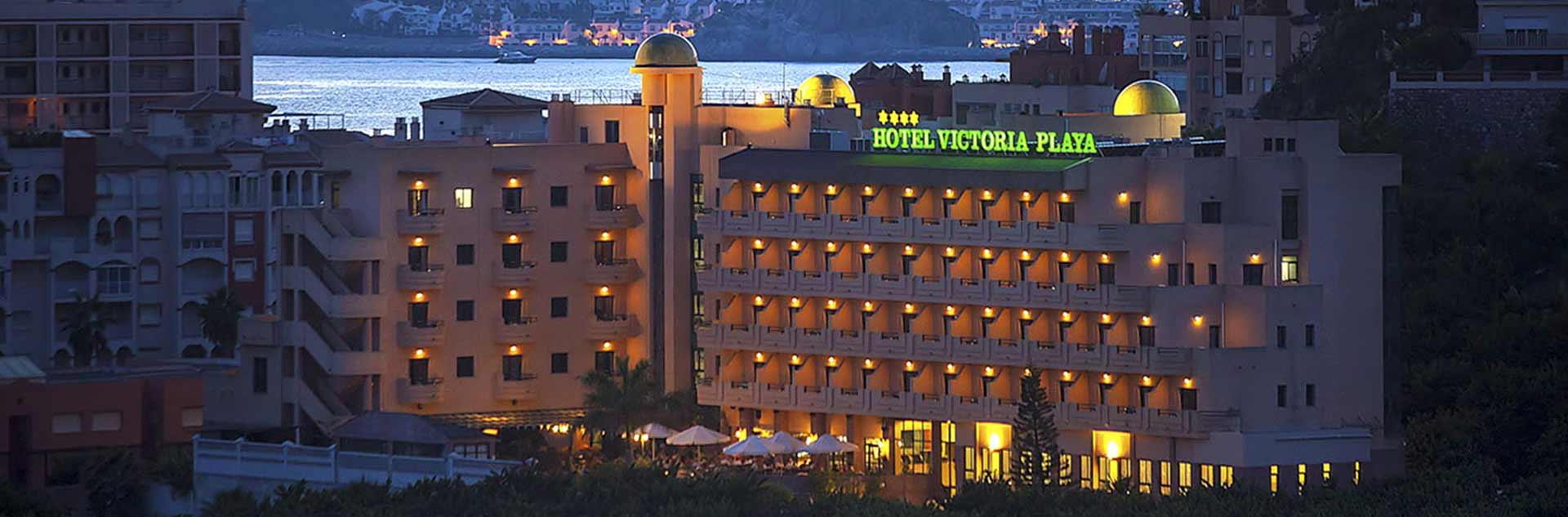 Fachada nocturna del hotel Victoria Playa 4*