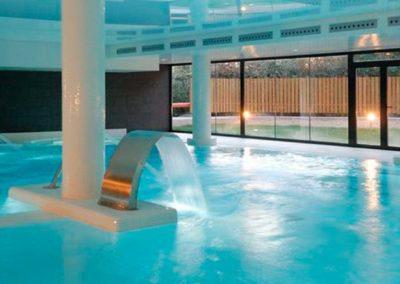 Centro lúdico de agua termal con hidromasajes, jacuzzis, tanques de flotación, chorros a distintas alturas e intensidades, nado contracorriente y pediluvio de pies y manos