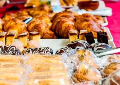 desayuno buffet, con posibilidad de servir en habitacion