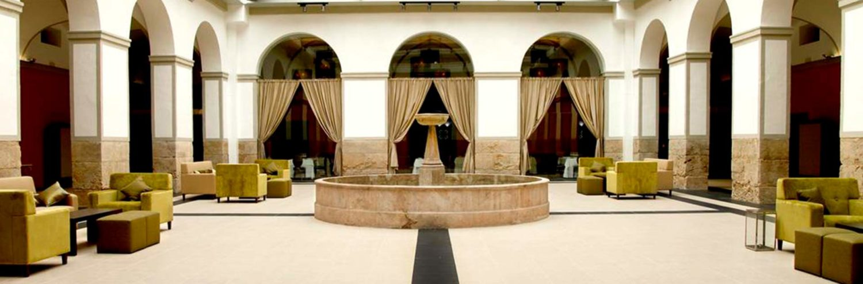 Plaza del restaurante Maria de Luna del hotel 4*