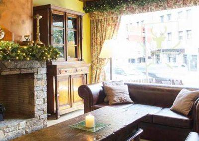 Salón con chimenea del hotel Ski Plaza 4*