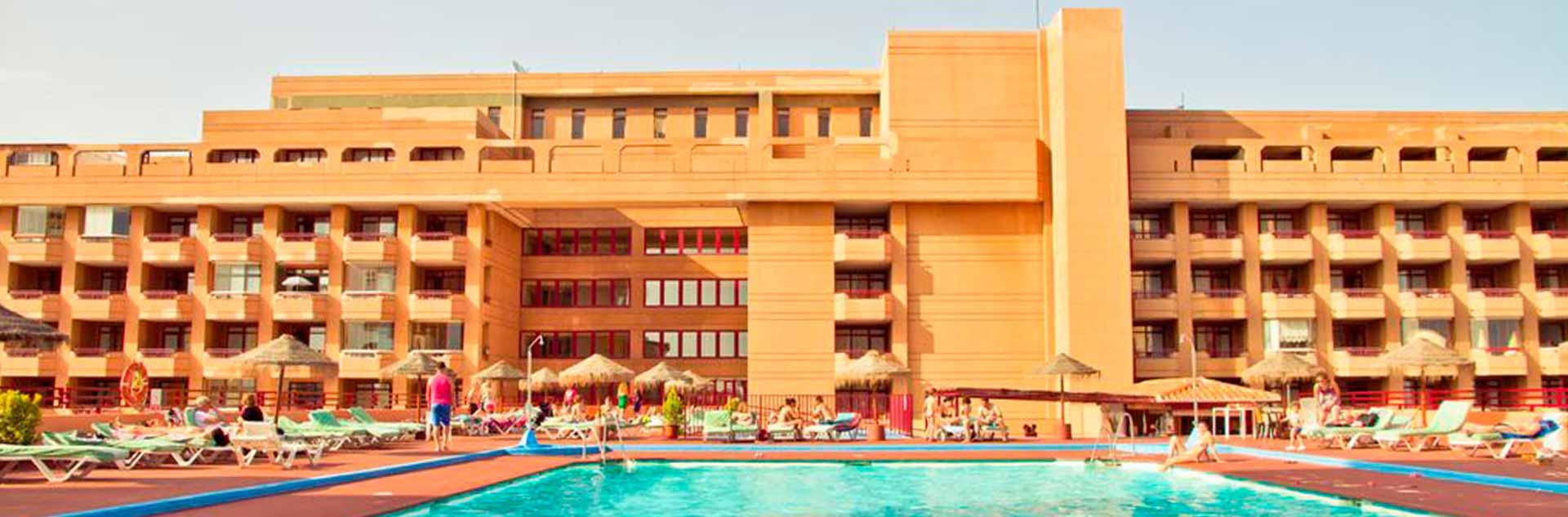 Exterior y Piscina del hotel Las Palmeras en Fuengirola