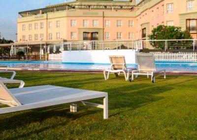 Vista del hotel y de la piscina del Habitacion doble del Hotel Ilunion Alcora Sevilla