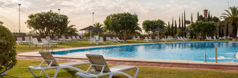 VIstas desde la piscina del Vista del hotel y de la piscina del Habitacion doble del Hotel Ilunion Alcora Sevilla