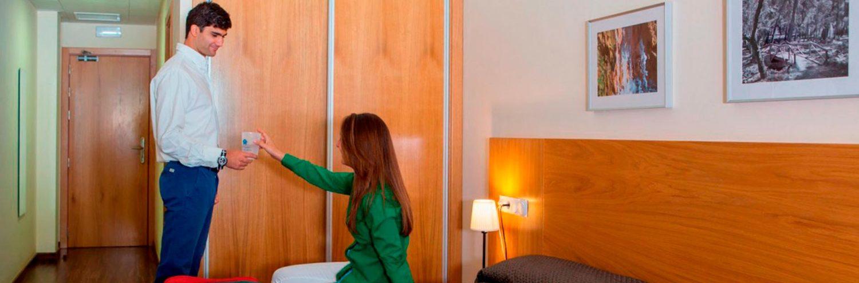 Pareja en habitación doble en Hotel Balneario Lanjarón