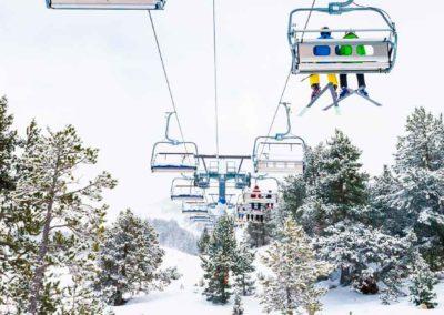 Esquiadores en telesillas en Grandvalira (Andorra)