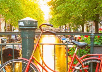 Puente de Amsterdam con bicicletas