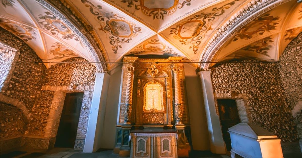 Conoce la capilla Capela dos Ossos de Faro en tu próxima escapada