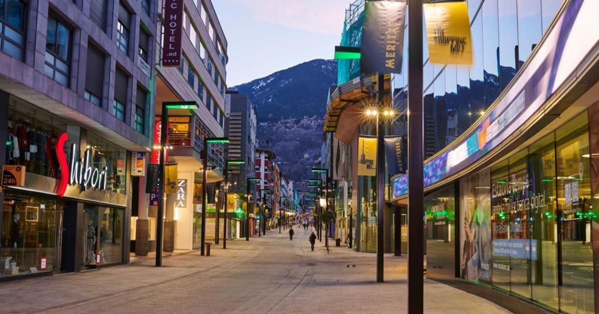 Avenida Meritxell el principal centro turístico del comercio en Andorra