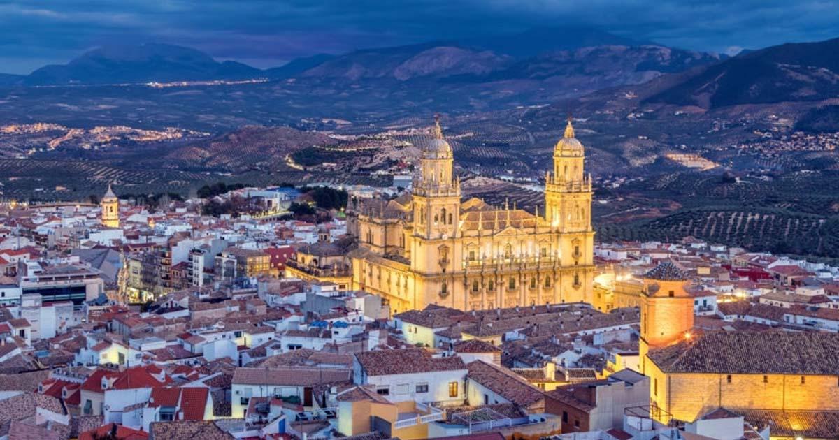 Paisaje urbano de noche de la catedral de Jaén en invierno.