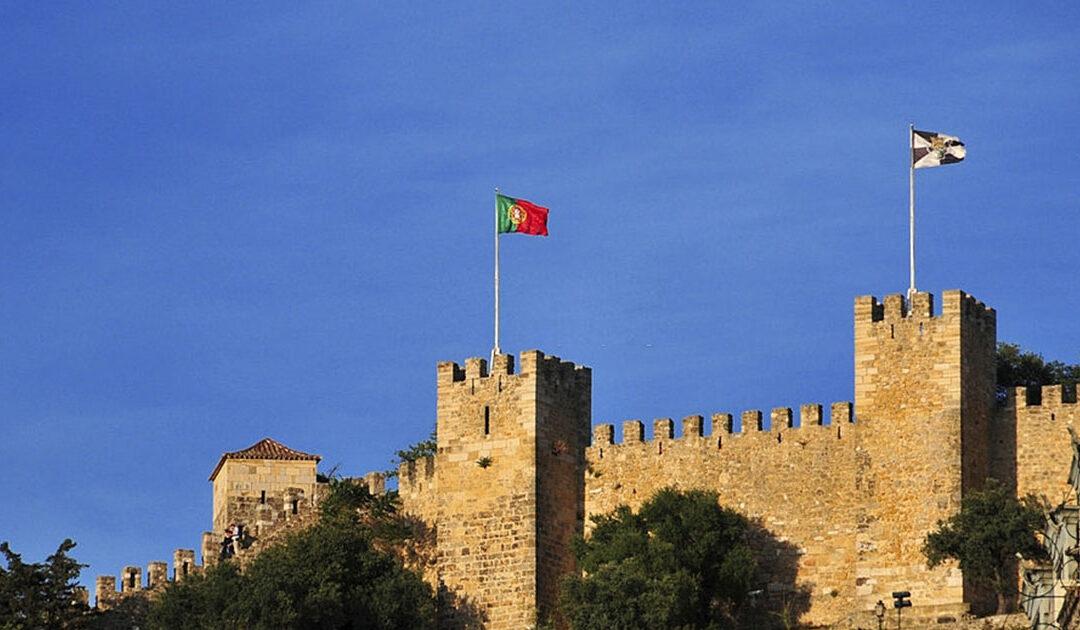 Visita la Fortaleza de San Jorge ubicada en Portugal en invierno.