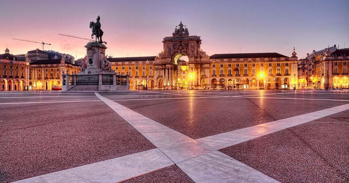 Anochecer de invierno en la Plaza del Comercio en Lisboa, Portugal