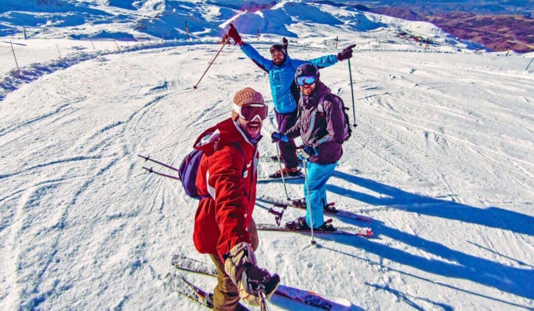 Practicando esquí con tus amigos y disfruta de la nieve en el puente de diciembre en España