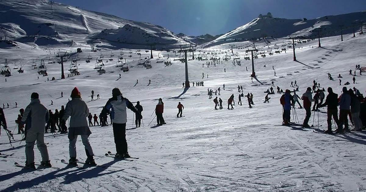 Aprendiendo esquiar durante el puente de diciembre en Sierra Nevada, España
