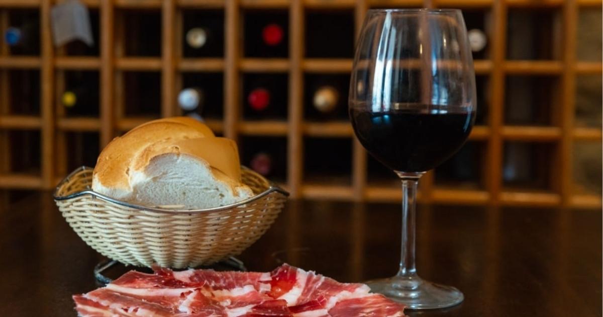 Deliciosas tapas de jamón con vino y pan